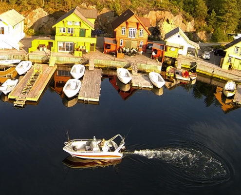 Bryggekanten mit Alu Boot